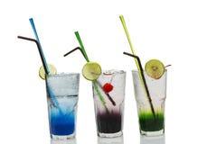 L'estate beve con ghiaccio, ciliege fresche, limone immagine stock