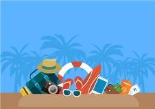 L'estate con l'attrezzatura del gioco dell'acqua disposta sulla spiaggia sull'illustrazione blu del fondo Immagine Stock Libera da Diritti