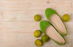 L'estate concettuale fotocompone - le scarpe del ` s delle donne dei colori verdi e della c Fotografie Stock Libere da Diritti