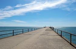 L'estate del mare del ponte del molo della spiaggia del mare del pilastro l'azzurro si appanna l'estensione di vacanza di soggior Fotografie Stock