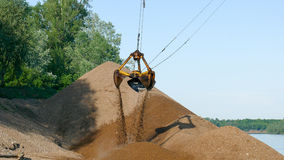 L'estate dell'escavatore della sabbia funziona la costruzione della chiatta Immagine Stock