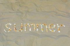 L'estate dell'iscrizione è presentata dalle coperture sulla sabbia fotografia stock libera da diritti