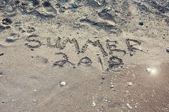 L'estate 2018 di parola scritta nella sabbia su una spiaggia fotografia stock