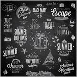 L'estate ed il viaggio hanno messo - etichette ed emblemi - la lavagna Immagini Stock Libere da Diritti