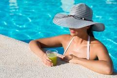 L'estate femminile si rilassa allo stagno della località di soggiorno Immagini Stock