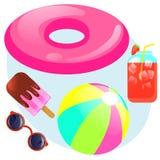 L'estate ha messo con l'anello di gomma, gelato, succo del ghiaccio, palla, occhiali da sole Immagini Stock Libere da Diritti