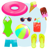 L'estate ha messo con l'anello di gomma, il gelato, il succo del ghiaccio, la palla, gli occhiali da sole, il costume da bagno ed Fotografia Stock