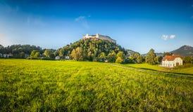 L'estate idilliaca sistema con la fortezza Hohensalzburg al tramonto, Salisburgo, Austria Fotografia Stock