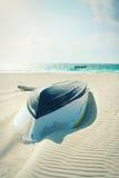 L'estate, la barca di legno si è rovesciata sulla spiaggia Naufragio Fotografia Stock