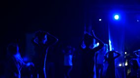 L'estate, notte, nei raggi dei riflettori, dalla parte posteriore, i profili di due sette ragazze di anni stanno ballando nella a stock footage