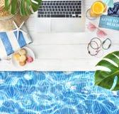 L'estate si rilassa il concetto del libro del computer portatile del Poolside Immagini Stock Libere da Diritti