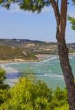 L'estate si rilassa Le coste più belle dell'Italia: baia di Vieste - Puglia, Gargano - Fotografia Stock Libera da Diritti