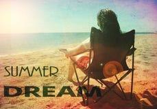 L'estate sogna l'annata della spiaggia della donna retro Immagini Stock