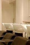 L'estation de lavage de cheveux, lavage se dirige dans un coiffeur Image libre de droits