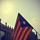 L'estelada, le drapeau catalan de la pro-indépendance, contre le ciel Images libres de droits