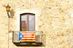 L'Estelada a tenu le premier rôle le drapeau accrochant hors d'un bâtiment en Catalogne photos libres de droits