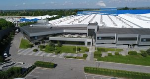 L'esterno di grande impianto di produzione o fabbrica moderno, esterno di industriale, esterno moderno di produzione archivi video