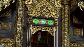 L'esterno di Lanna Style Buddhist Wooden Temple tradizionale ha chiamato Wat Inthakhin Sadue Muang in Chiang Mai, Tailandia stock footage