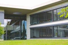 L'esterno di una costruzione moderna, di una parete di vetro e di un calcestruzzo Fotografia Stock Libera da Diritti