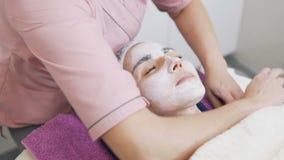 L'estetista professionale fa il massaggio facciale archivi video