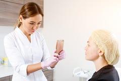 L'estetista spinge una siringa per iniettare Botox fotografia stock libera da diritti