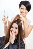 L'estetista taglia i capelli della donna in parrucchiere Fotografia Stock Libera da Diritti