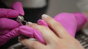 L'esth?ticien rectifie la barre d'ongle pour une manucure dans le salon de beaut? Traitement d'ongle de doigt, rectifiant et poli banque de vidéos