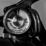 L'estintore del primo piano misura in bianco e nero fotografia stock libera da diritti