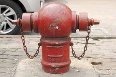 L'estintore rosso è situato sulla via fotografia stock libera da diritti