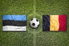 L'Estonia contro Bandiere del Belgio sul campo di calcio Fotografie Stock