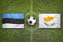 L'Estonia contro Bandiere del Cipro sul campo di calcio Fotografie Stock