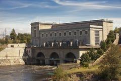 L'Estonia Narva Centrale idroelettrica sul fiume Narva fotografia stock