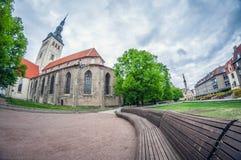 L'Estonia, Tallinn - 17 maggio 2016: Vecchia via della città fish-eye di prospettiva di distorsione immagine stock libera da diritti