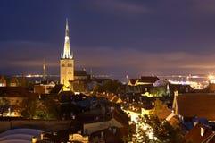 L'Estonia, Tallinn, vecchia città di notte immagini stock libere da diritti