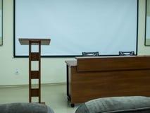 L'estrade est brune dans la salle de conférences photos libres de droits