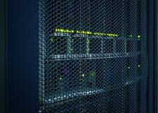 L'estratto della stanza alta tecnologia moderna del centro dati di Internet con le file tormenta l'hardware del server e della re Fotografia Stock