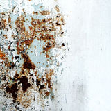 L'estratto ha corroso la pittura artistica arrugginita della sbucciatura della parete della carta da parati di lerciume del ferro fotografie stock libere da diritti