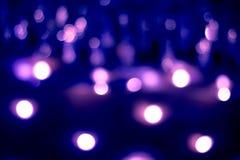 L'estratto luminoso ha offuscato il fondo festivo del blu con ci bianco fotografie stock