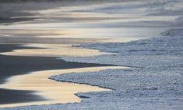 L'estratto ondeggia con le riflessioni 1 del tramonto Immagine Stock