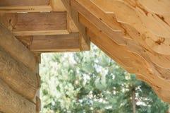 L'estremità delle travi sulla costruzione del tetto della casa di ceppo Immagine Stock Libera da Diritti
