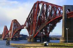L'estuaire d'en avant jettent un pont sur et échafaudage Images libres de droits