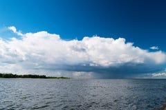 L'estuaire du fleuve Vistule vers la mer baltique avec les mediocris de cumulus opacifient dans le ciel photo libre de droits