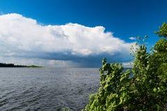 L'estuaire du fleuve Vistule vers la mer baltique avec les mediocris de cumulus opacifient dans le ciel photographie stock