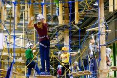 L'età 6-12 dei bambini assiste al parco rampicante di avventura dell'interno Immagine Stock Libera da Diritti