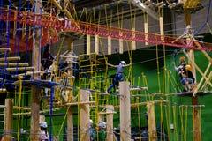 L'età 6-12 dei bambini assiste al parco rampicante di avventura dell'interno Fotografia Stock Libera da Diritti