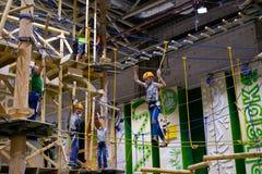 L'età 6-12 dei bambini assiste al parco rampicante di avventura dell'interno Fotografia Stock