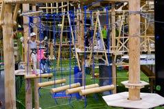 L'età 6-12 dei bambini assiste al parco rampicante di avventura dell'interno Fotografie Stock