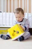 L'età del neonato di 1 anno gioca con il giocattolo Immagini Stock Libere da Diritti