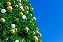 L'or et l'argent miroitent des boules sur l'arbre de Noël photos libres de droits