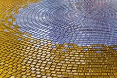 L'or et l'argent colorent des tuiles sur le plancher du hall Photo libre de droits